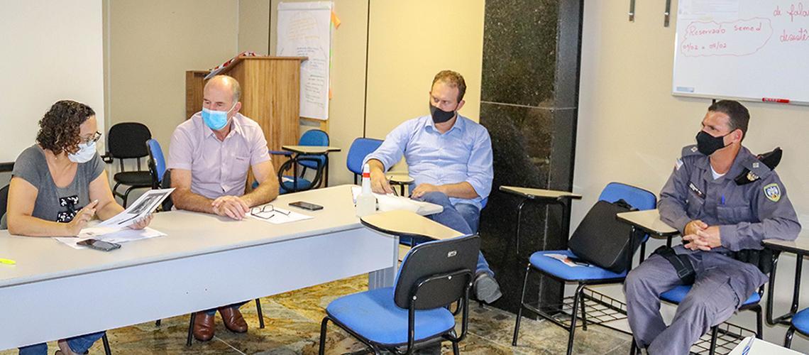 A sala de situação de emergência contou com a participação do vice-prefeito, Tarcísio Bottacin, secretários municipais, chefe de gabinete, representantes do Hospital Padre Máximo e da Polícia Militar.