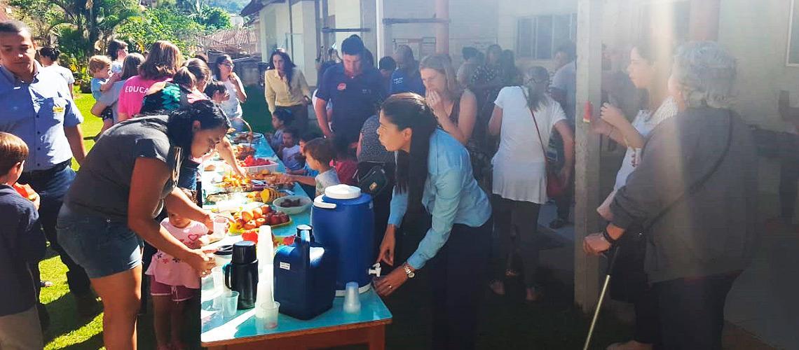 Depois de etapas como visitação à horta e plantio de frutas, crianças e famílias participaram de um café da manhã - Divulgação