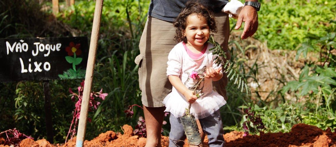 A pequena Erika ajudou no plantio do jardim - Ascom/PMVNI