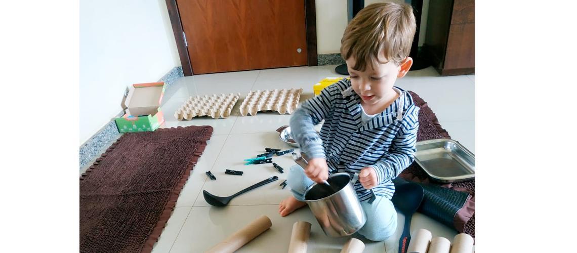 Heitor, aluno da Emei Vovó Helena Sossai, brinca e aprende com materiais disponíveis em casa