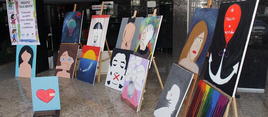 Uma parte dos quadros expostos na galeria da Prefeitura - Ascom/PMVNI