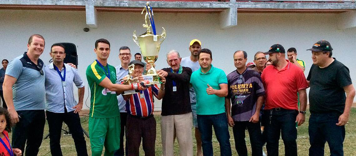 Nilo Bragato e Honório Pizzol entregaram as taças aos campeões - Setel/PMVNI