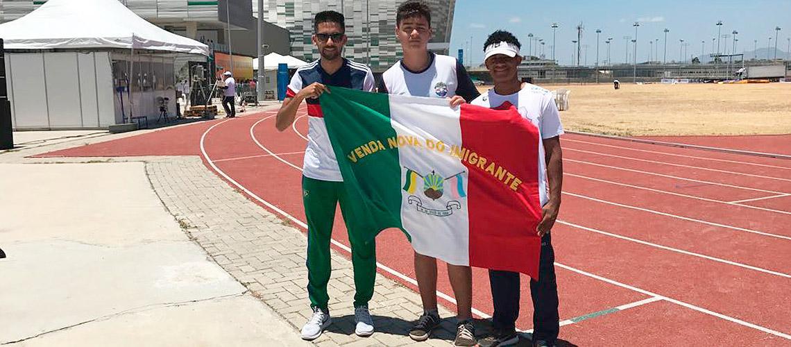 Renan (centro), ao lado de José (dir.) e André Luiz Liberado, coordenador de esporte escolar
