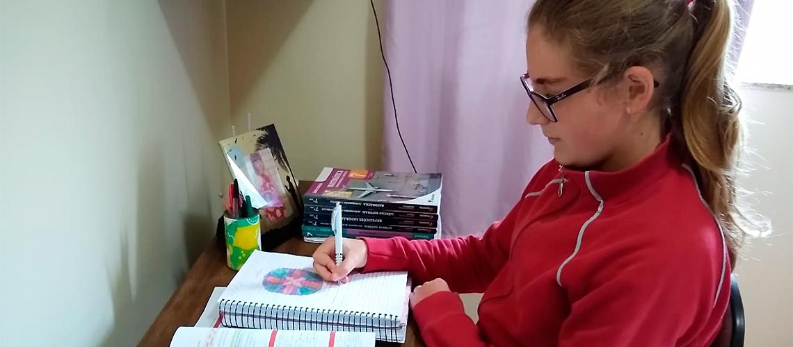 Clarice, que está no 7º ano da Escola Atílio Pizzol, recebe as atividades e estuda em casa
