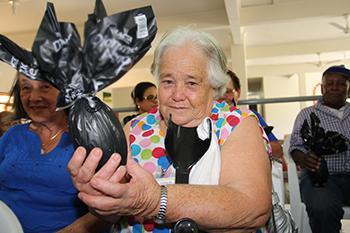 <b>Título:</b>Dona Paulina tem 77 anos e nunca havia ganhado um ovo de Páscoa - Ascom/PMVNI